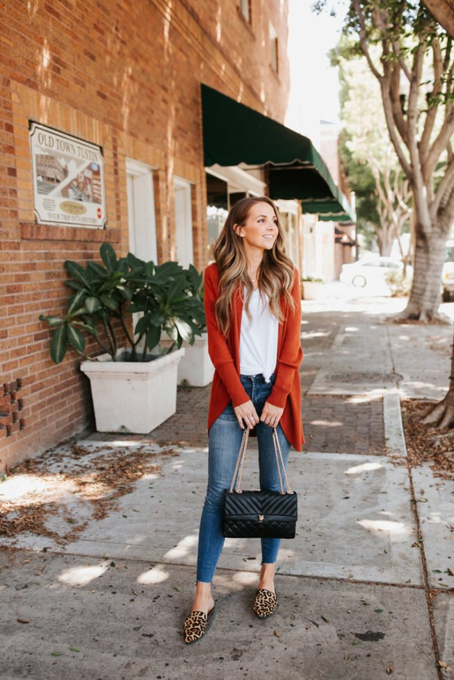 how to knot your tee with jeans