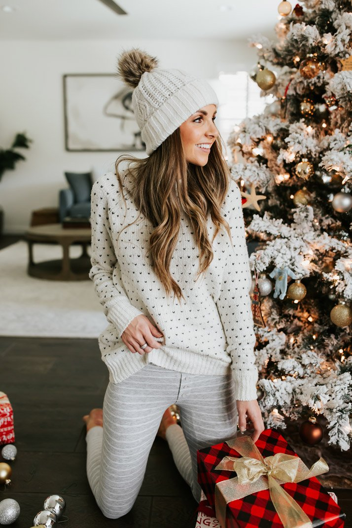 1f22b5ccb8e7c All I want for Christmas is to stay at home and lounge around. These two  cozy outfits are perfect for staying in by the fire, listening to Christmas  music, ...