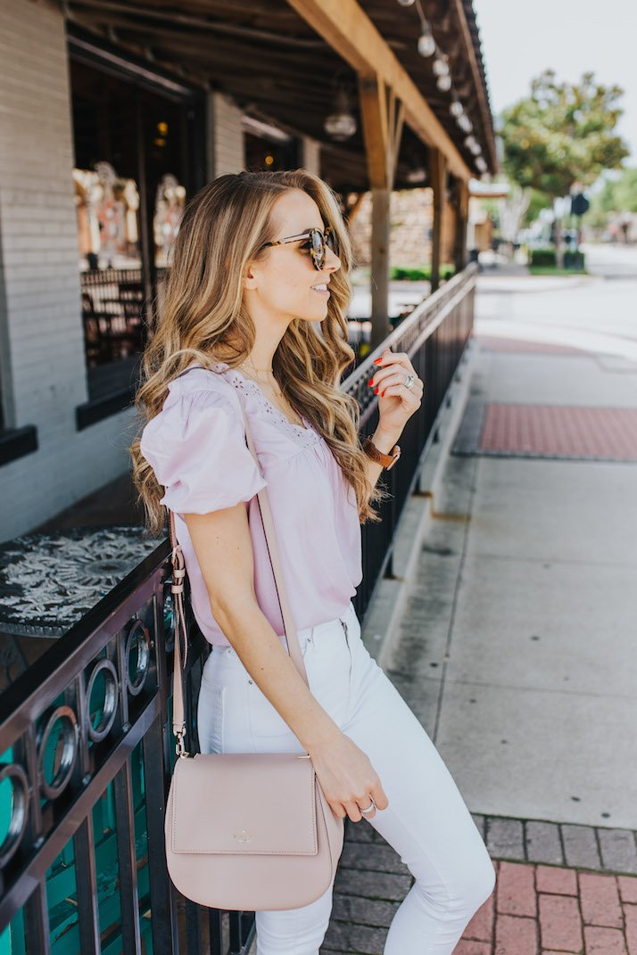 white jeans and a cute top make a perfect date night outfit