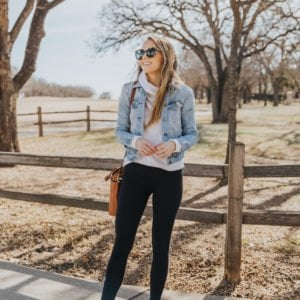 white sneakers with black leggings and denim jacket