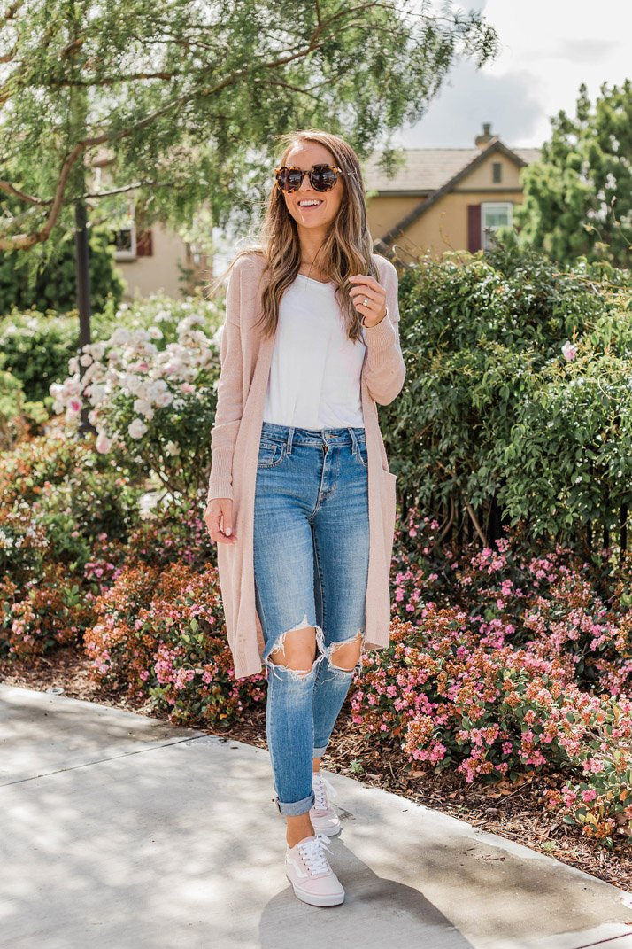 White t-shirt and jeans with cardigan and sneakers