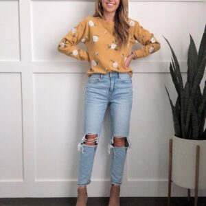mom jeans outfits - mustard sweatshirt with tan ankle boots